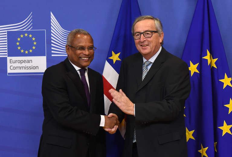 Le président de la Commission européenne, Jean-Claude Juncker avec le premier ministre du Cap-Vert, José Maria Nevès, le 2 décembre 2015 à Bruxelles.