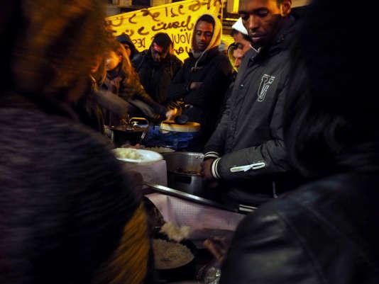 Des volontaires viennent régulièrement distribuer des repas.