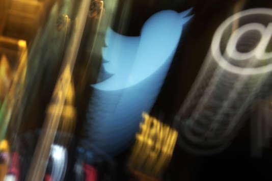 L'envoi de quatre tweets par jour, durant les heures de travail, ne constitue pas un usage excessif. Le salarié ne peut donc pas être licencié de ce fait.