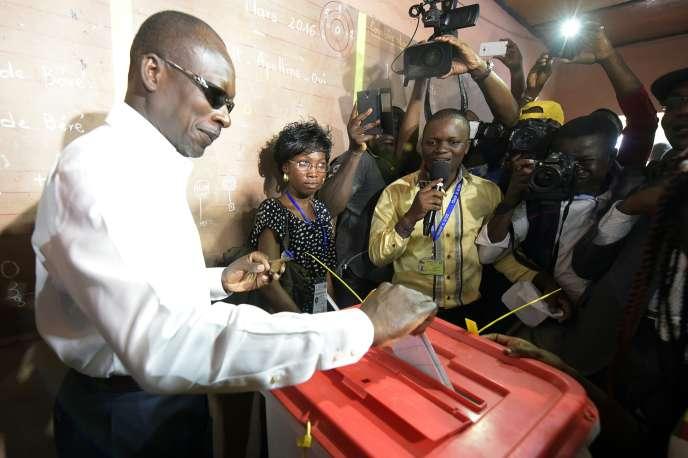 Patrice Talon dépose son bulletin dans l'urne, à Cotonou, le 20 mars, date du deuxième tour de la présidentielle au Bénin.