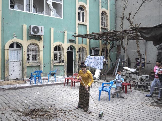 Après deux mois et demi d'un strict couvre-feu et de violents combats, mardi 2 mars 2016, les autorités turques ont permis à la population de regagner la ville de Cizre, dont plusieurs quartiers sont en ruine.