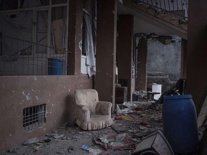 Quand les façades des constructions encore reconnaissables ne sont pas noircies par des traces d'incendies, les béances laissées par le passage des projectiles livrent aux regards l'intimité abandonnée d'une cuisine, d'une salle de bains ou d'une chambre.