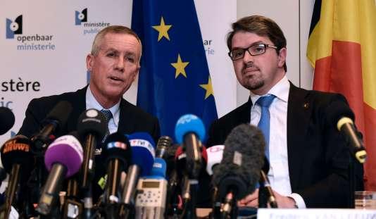 Le procureur de la République de Paris, François Molins, et le procureur fédéral belge, Frédéric Van Leeuw, lors d'une conférence de presse à Bruxelles, le 21 mars.
