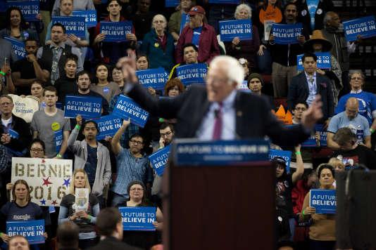 Le candidat démocrate Bernie Sanders s'exprime devant ses partisans, à Seattle, dimanche 20 mars, lors d'un rassemblement.