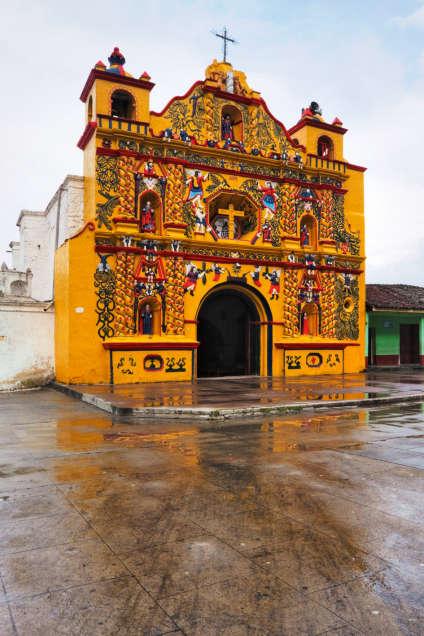 L'église à la façade bariolée du village de San Andrés Xecul.