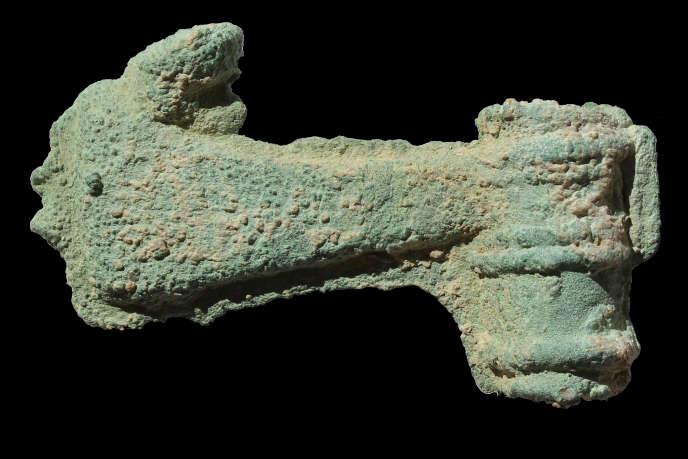 L'une des neuf haches votives en bronze de l'âge de fer (Oman) n'a pas été achevée, des traces du moule sont encore visibles.