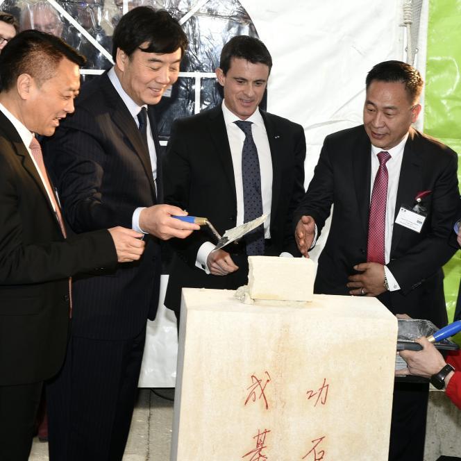 Le premier ministre, Manuel Valls, et les dirigeants du groupe chinois Inesa ont posé la première pierre d'une usine aux Trois-Domaines (Meuse), lundi 21 mars.