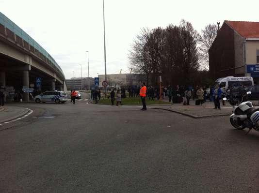 A 1 kilomètre de l'aéroport, les policiers tentent d'encadrer le désordre, mardi22mars.
