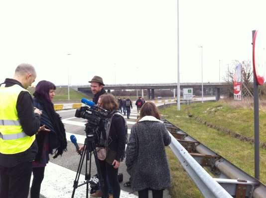 Les journalistes marchent le long de l'autoroute, à la rencontre des témoins de l'attentat de l'aéroport, mardi 22 mars.