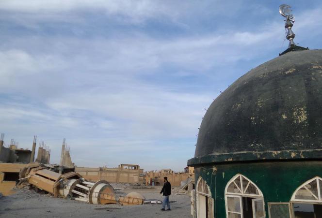 Une mosquée détruite à Rakka en Syrie en novembre 2014. L' organisation Etat Islamique, qui contrôle la ville, attribue cette destruction à des bombardements des forces loyales à Bachar el-Assad et utilisent ce fait pour servir leur propagande.