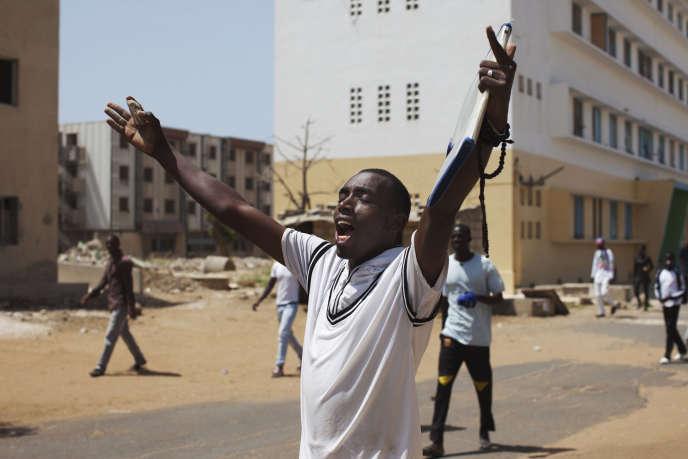 Un étudiant de l'Université Cheikh Anta Diop (UCAD) manifeste en avril 2013 contre l'augmentation desfrais d'inscription.
