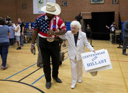 Jerry Emmett, une centenaire originaire de Prescott (Arizona), soutien d'Hillary Clinton, avant un meeting de la candidate démocrate le 21 mars à Phoenix.