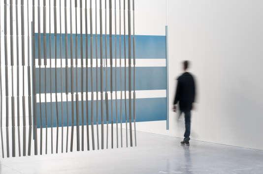 """Collier de céramiques tubulaires ou écran de rubans géométriques pour l'exposition """"17 Screens"""", Frac Rennes, en mars 2016."""