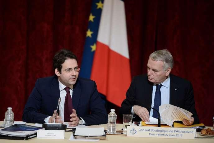 Matthias Fekl, secrétaire d'Etat au commerce extérieur, au côté de Jean-Marc Ayrault, ministre des affaires étrangères, le 22 mars 2016 à l'Elysée à Paris.