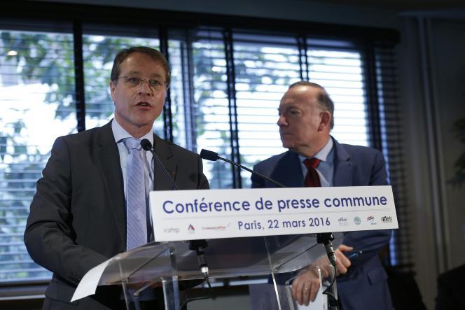 François Asselin, président de la CGPME (à gauche) lors d'une conférence de presse le 22 mars, en compagnie de Pierre Gattaz (à droite).