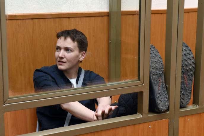 Nadejda Savtchenko dans le box des accusés lors de son procès à Donetsk le 22 mars 2016.