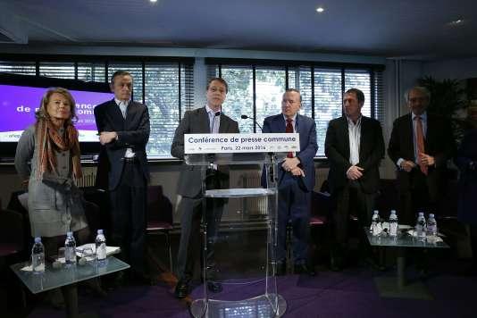 François Asselin, patron de la CGPME, Pierre Gattaz, président du Medef (tous deux au centre), le 22 mars lors d'une conférence de presse commune à Paris avec d'autres organisations, le 22 mars.