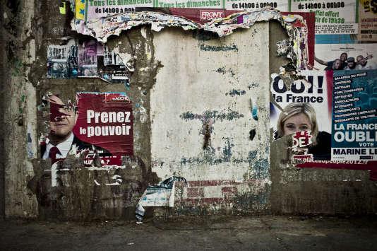 Affiches électorales de Jean-Luc Mélenchon, alors candidat du parti Front de gauche, et de Marine Le Pen, candidate du Front National (FN) pour l'élection présidentielle de 2012, près de Montpellier.