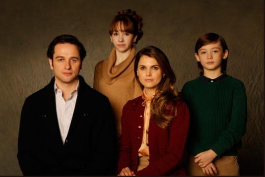 Photo de la famille Jennings : Philip (Matthew Rhys), le père, Elizabeth (Keri Russell), la mère, et leurs deux enfants Paige (Holly Taylor) et Henry (Keidrich Sellati).