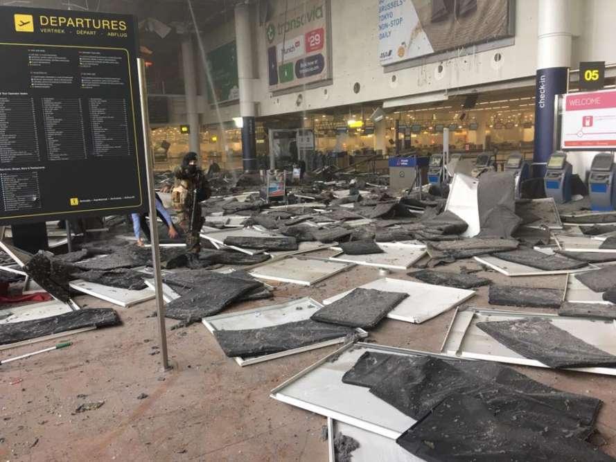 Photo de l'intérieur de l'aéroport de Zaventem à Bruxelles, prise après les explosions.