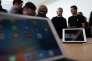 Tim Cook (au centre), le patron d'Apple, au siège de l'entreprise, à Cupertino (Californie), lundi 21 mars.