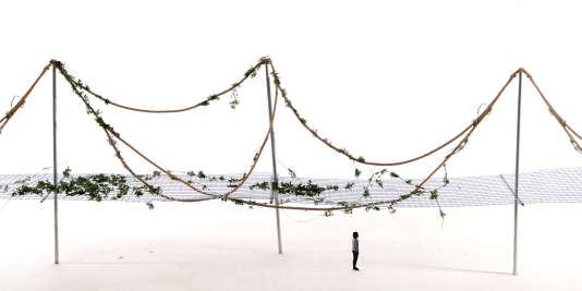 """Pergola avec tressage de métal et de végétaux pour l'exposition """"Rêveries Urbaines"""" aux Champs Libres, à Rennes, en mars 2016."""