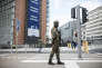Des militaires patrouillent devant la Commission européenne, mardi 22mars  à Bruxelles.