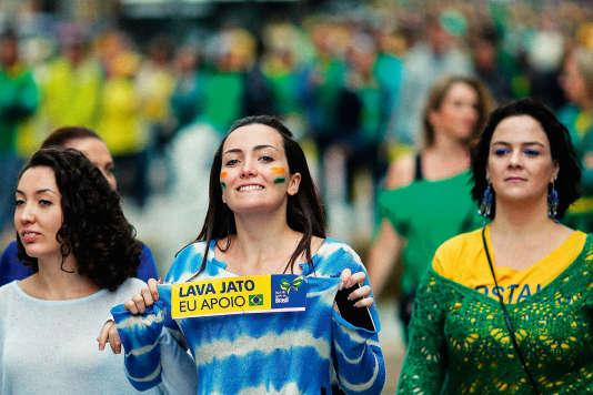 Une manifestation pour la destitution de Dilma Rousseff, le 13 mars, à Curitiba.