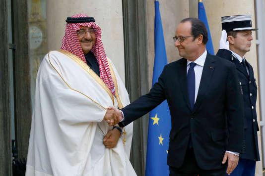Le prince saoudien Mohammed Ben Nayef, ministre de l'intérieur, reçu par François Hollande, à L'Elysée, le 4 mars, pour lui remettre la Légion d'honneur.