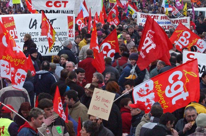 Quelques milliers de personnes défilent, le 10 mars 2005, dans les rues de Caen, lors de la journée d'action nationale pour la défense des salaires, de l'emploi et des 35 heures.