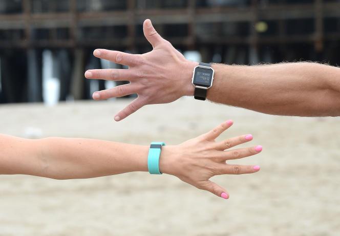 Un bracelet et une montre connectés de la marque Fitbit sont présentés à Santa Monica en Californie le 5 mars 2016.