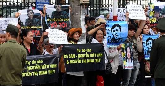 A l'ouverture du procès, le 23 mars, des dizaines de manifestants brandissent des photographies du blogueur Nguyen Huu Vinh, réclamant sa libération.