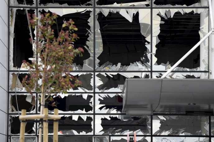 Des vitres brisées à l'aéroport de Zaventem près de Bruxelles après l'attaque terroriste, le 23 mars 2016.