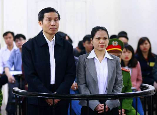 Nguyen Huu Vinh, 60 ans, et son assistante Nguyen Thi Minh Thuy, 35 ans, devant le tribunal, à Hanoï, le 23 mars 2016.