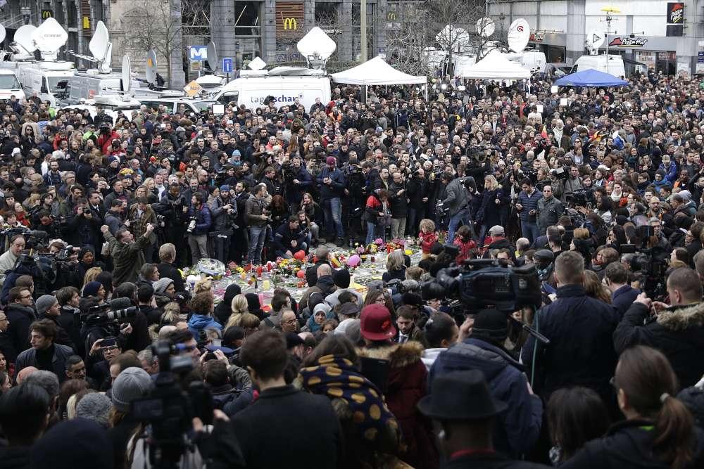 Place de la Bourse, les gens se sont rassemblés en nombre pour observer une minute de silence en mémoire des victimes.