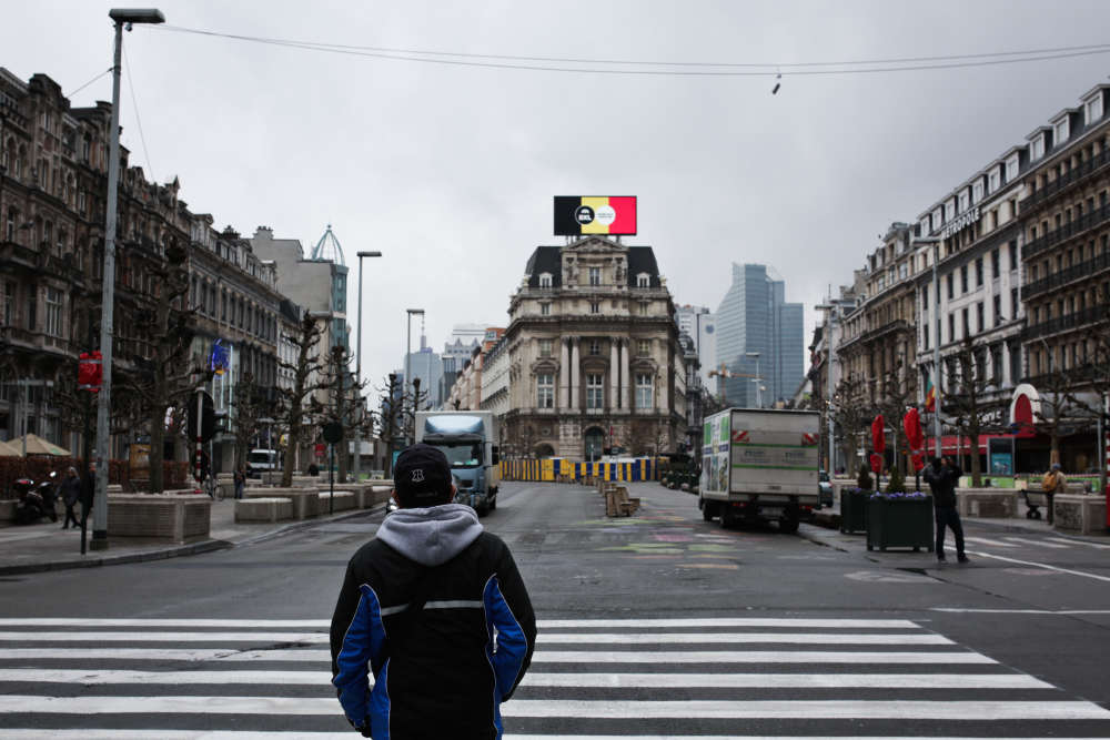 Boulevard Anspach, dans le centre, on peut voir une enseigne aux couleurs du drapeau belge, sur laquelle il est écrit «Bruxelles, notre ville».