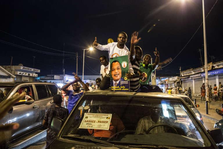 Des Congolais célèbrent la victoire de Denis Sassou-Nguesso après les résultats partiels de l'élection présidentielle publiés le 22 mars 2016.