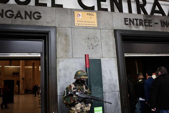Contrôle des sacs à l'entrée à la gare centrale de Bruxelles, le  23 mars.