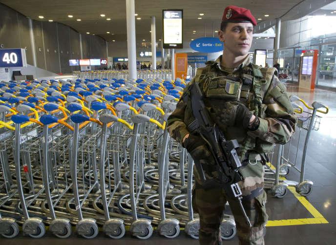Un soldat de l'opération Sentinelle à l'aéroport de Roissy, mercredi 23 mars 2016.