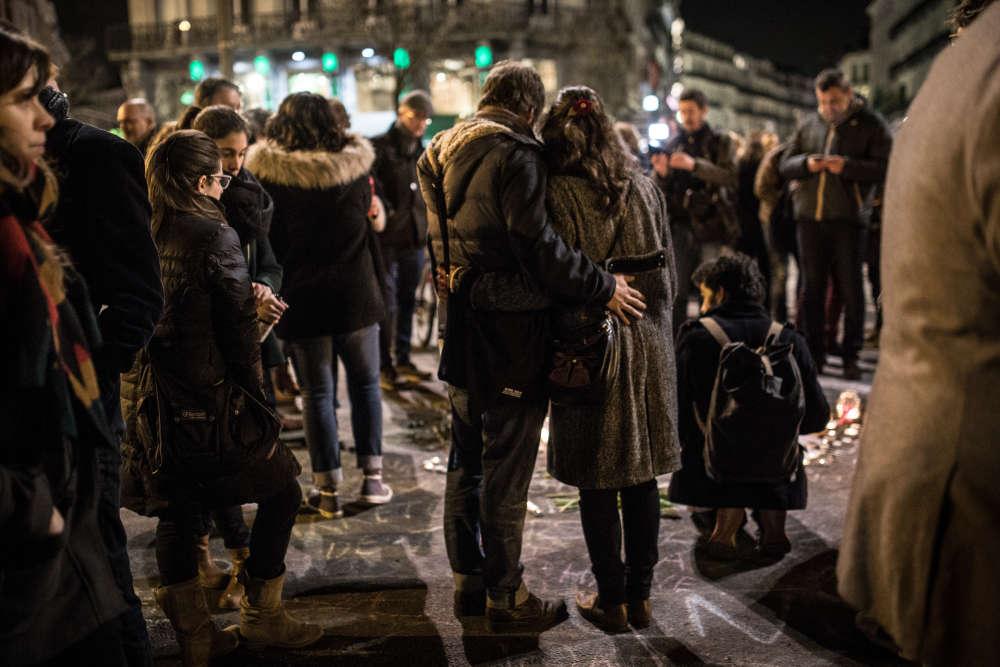 Le rassemblement spontané avait commencé en milieu d'après-midi mardi 22 mars, faisant suite aux attentats.