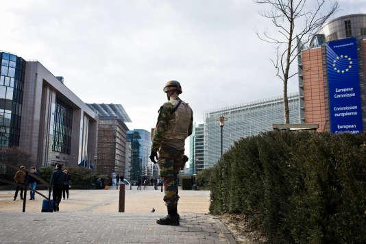 Un militaire patrouille près du bâtiment de la Commission européenne, le 22 mars 2016 à Bruxelles.
