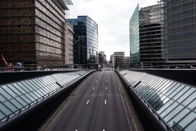 La rue de Loi à Bruxelles d'habitude embouteillée est complètement vide le 22 mars 2016.