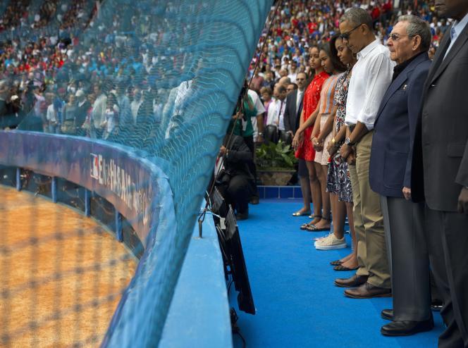 Raul Castro ainsi que Barack Obama et sa famille, lors d'une minute de silence en hommage aux victimes des attentats de Bruxelles avant un match de base-ball à La Havane, Cuba, le 22 mars 2016.