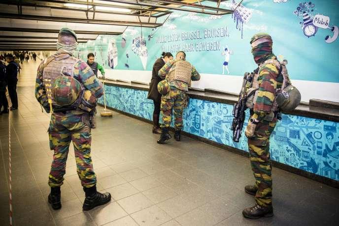 Soldats en patrouille dans la gare centrale de Brussels, le 23 mars.