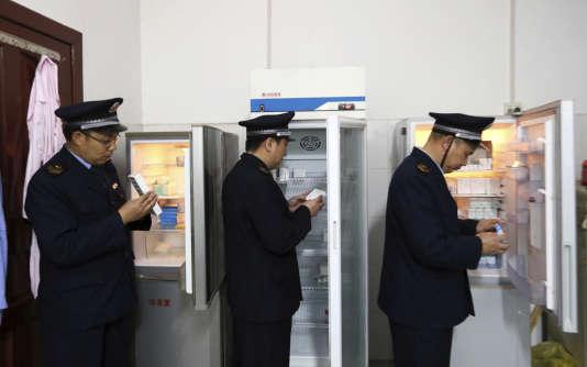 Des policiers inspectent des vaccins le 21 mars dans le comté de Rong'an.
