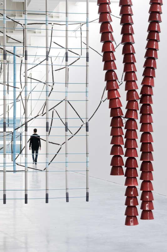 """Mur 16 aux 120 cloches de céramique, dans l'exposition """"17 Screens"""", au FRAC en mars 2016."""