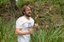 René Redzepi près de la rivière Wollondilly, en Nouvelle-Galles du Sud,récolte des joncs comestibles, également appeléspoireaux maritimes.