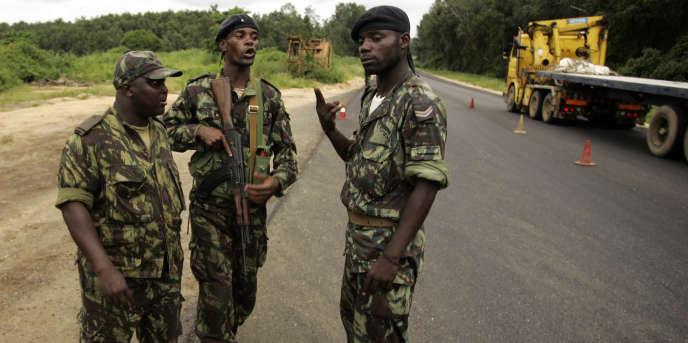 Des soldats angolais à un poste de contrôle de sécurité entre Cabinda et Belize, au nord de l'Angola, janvier 2010.