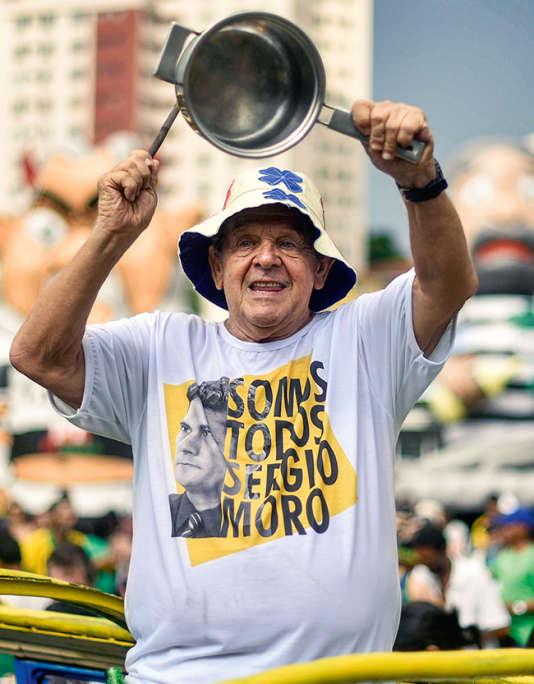"""Un Brésilien arborant un t-shirt """"Nous sommes tous Sergio Moro"""", lors d'une manifestation à Belo Horizonte, le 13 mars."""