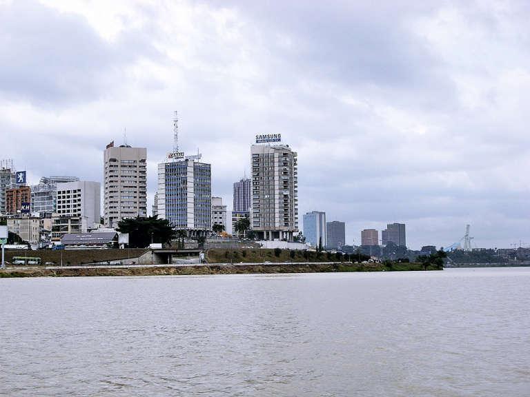 La quartier d'affaires du Plateau, au bord de la lagune Ebrié et en face de Cocody.